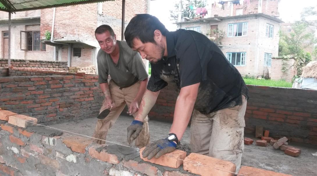 日本人ボランティアがネパールの学校再建に向けてレンガの積み上げに貢献